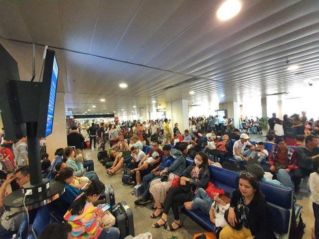 Đường ra sân bay vắng, máy bay xếp hàng chờ cất cánh ở Tân Sơn Nhất  - Ảnh 8.