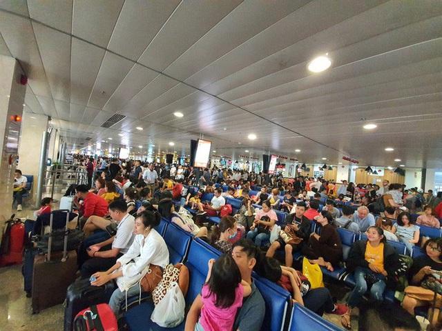 Đường ra sân bay vắng, máy bay xếp hàng chờ cất cánh ở Tân Sơn Nhất  - Ảnh 10.