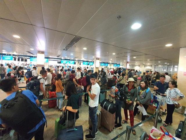 Đường ra sân bay vắng, máy bay xếp hàng chờ cất cánh ở Tân Sơn Nhất  - Ảnh 11.