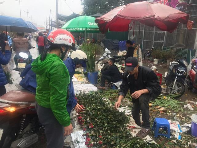Chiều 30 Tết: Đào đại hạ giá 50.000 đồng/cành vẫn vắng bóng người mua, tiểu thương ngậm ngùi vứt lên xe rác - Ảnh 6.