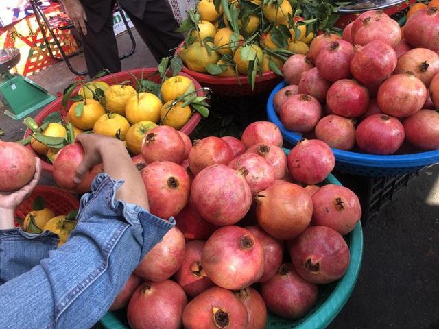 Trái cây khổng lồ gắn mác ngoại bày bán giá rẻ trên vỉa hè Sài Gòn - Ảnh 2.