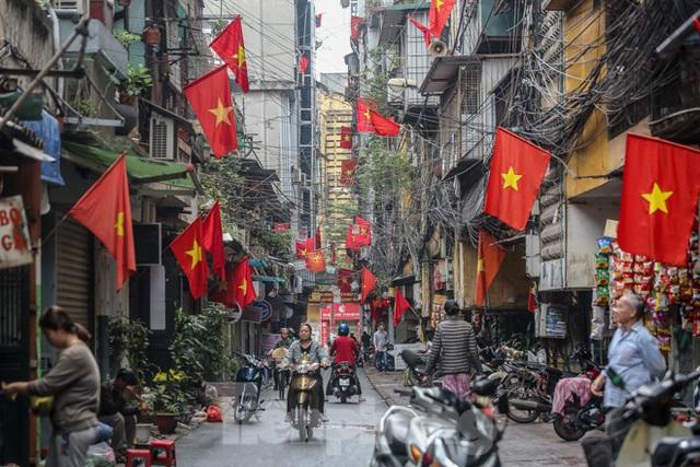 Phố phường Thủ đô rực rỡ cờ đỏ sao vàng ngày 30 Tết - Ảnh 1.