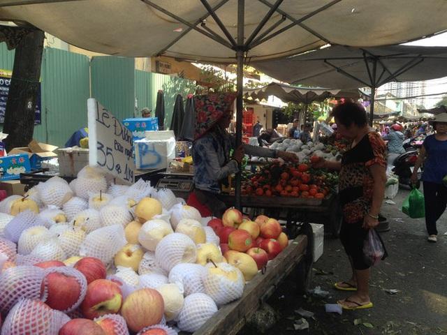 Trái cây khổng lồ gắn mác ngoại bày bán giá rẻ trên vỉa hè Sài Gòn - Ảnh 11.