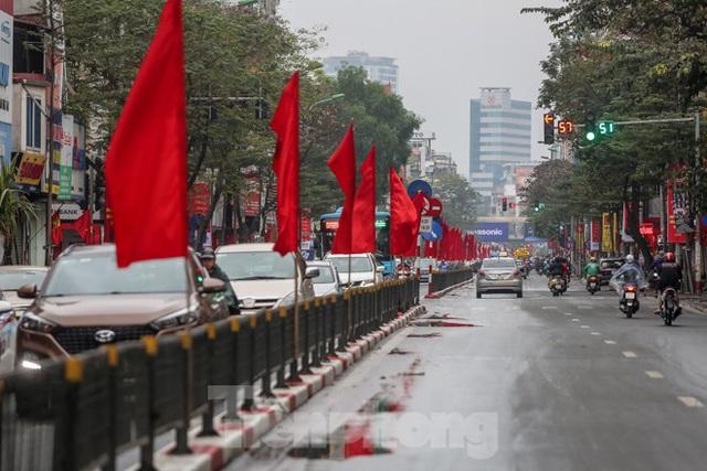 Phố phường Thủ đô rực rỡ cờ đỏ sao vàng ngày 30 Tết - Ảnh 11.