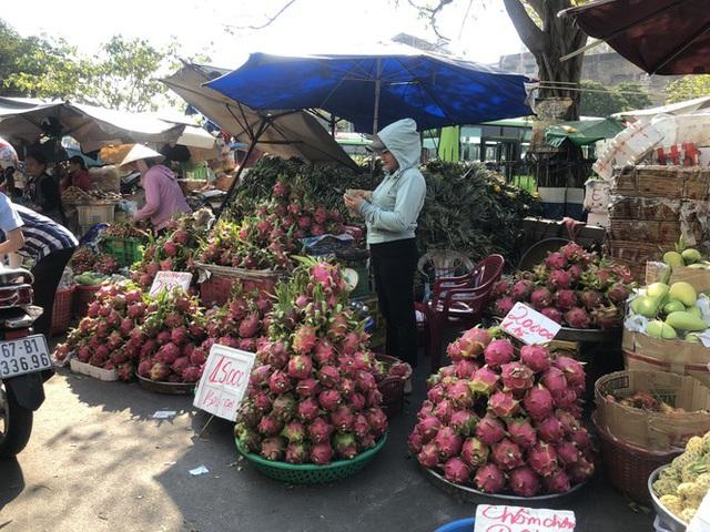 Trái cây khổng lồ gắn mác ngoại bày bán giá rẻ trên vỉa hè Sài Gòn - Ảnh 14.