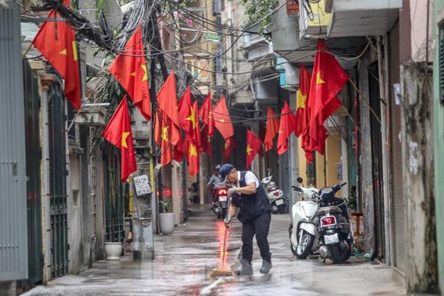 Phố phường Thủ đô rực rỡ cờ đỏ sao vàng ngày 30 Tết - Ảnh 14.