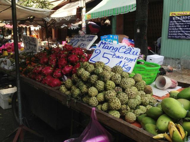 Trái cây khổng lồ gắn mác ngoại bày bán giá rẻ trên vỉa hè Sài Gòn - Ảnh 15.