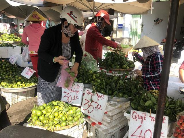 Trái cây khổng lồ gắn mác ngoại bày bán giá rẻ trên vỉa hè Sài Gòn - Ảnh 16.