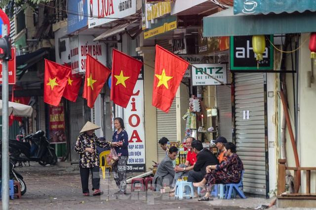 Phố phường Thủ đô rực rỡ cờ đỏ sao vàng ngày 30 Tết - Ảnh 5.