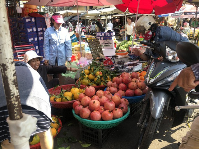 Trái cây khổng lồ gắn mác ngoại bày bán giá rẻ trên vỉa hè Sài Gòn - Ảnh 6.