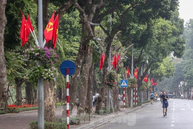 Phố phường Thủ đô rực rỡ cờ đỏ sao vàng ngày 30 Tết - Ảnh 6.