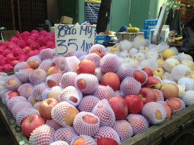 Trái cây khổng lồ gắn mác ngoại bày bán giá rẻ trên vỉa hè Sài Gòn - Ảnh 9.