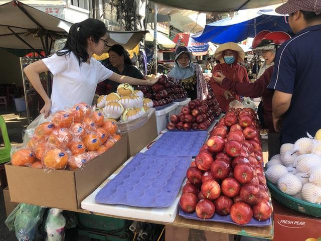 Trái cây khổng lồ gắn mác ngoại bày bán giá rẻ trên vỉa hè Sài Gòn - Ảnh 10.