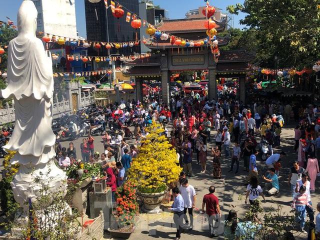 Người Sài Gòn chen chân đi lễ, đường vào chùa kẹt cứng - Ảnh 2.