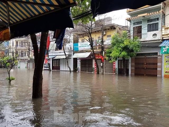 Nam Định ngập sâu, người dân thúc thủ trong nhà ngày mùng 1 Tết - Ảnh 1.