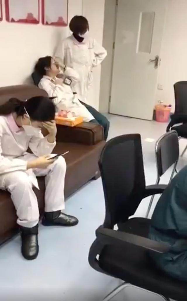 Đêm giao thừa không ngủ: Bác sĩ từ nhiều nơi từ biệt gia đình, tức tốc bay đến Vũ Hán hợp lực chống virus corona - Ảnh 1.