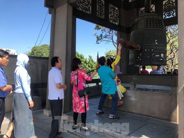 Người Sài Gòn chen chân đi lễ, đường vào chùa kẹt cứng - Ảnh 12.
