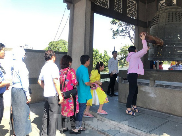 Người Sài Gòn chen chân đi lễ, đường vào chùa kẹt cứng - Ảnh 13.