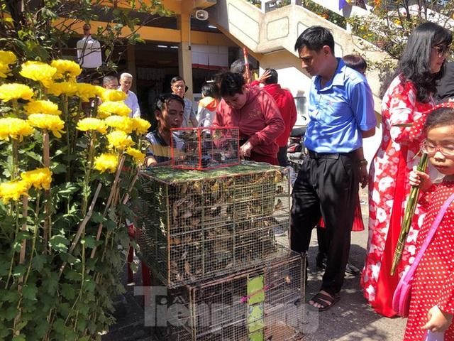 Người Sài Gòn chen chân đi lễ, đường vào chùa kẹt cứng - Ảnh 14.