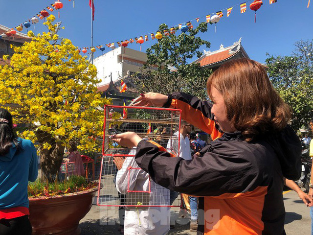 Người Sài Gòn chen chân đi lễ, đường vào chùa kẹt cứng - Ảnh 16.