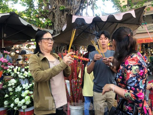 Người Sài Gòn chen chân đi lễ, đường vào chùa kẹt cứng - Ảnh 5.