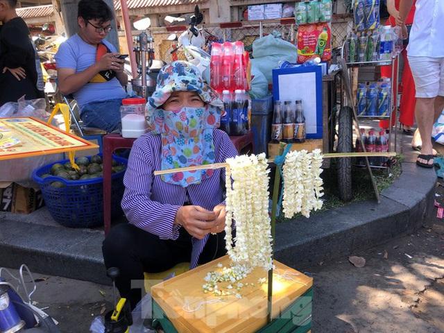 Người Sài Gòn chen chân đi lễ, đường vào chùa kẹt cứng - Ảnh 6.