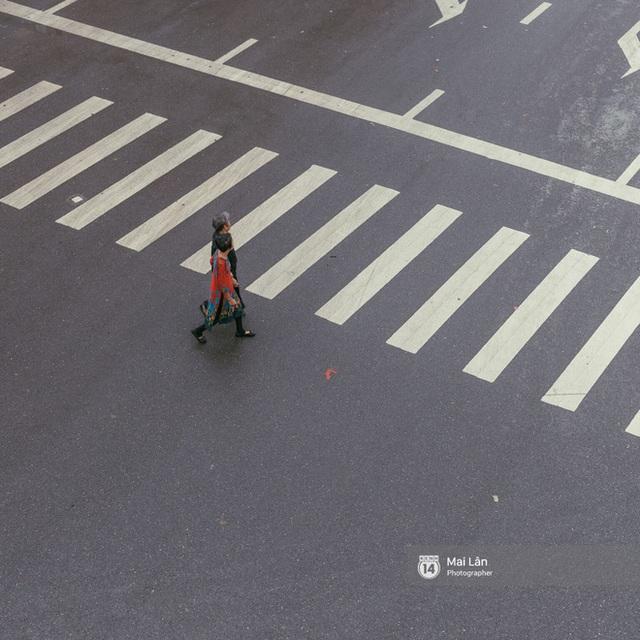 Hà Nội sáng mùng 1 Tết Canh Tý: Sau trận mưa lớn đêm 30, đường phố vắng vẻ như trong cuốn phim cũ nhuốm màu thời gian - Ảnh 7.