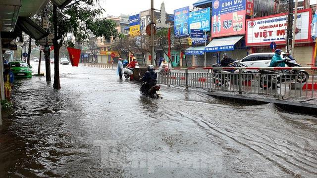 Nam Định ngập sâu, người dân thúc thủ trong nhà ngày mùng 1 Tết - Ảnh 9.