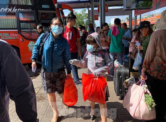 Mùng 1 Tết, bến xe miền Tây đông kín người đổ về quê - Ảnh 3.