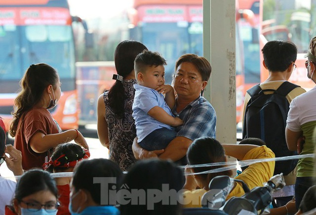 Mùng 1 Tết, bến xe miền Tây đông kín người đổ về quê - Ảnh 8.