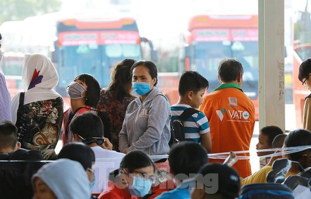 Mùng 1 Tết, bến xe miền Tây đông kín người đổ về quê - Ảnh 10.