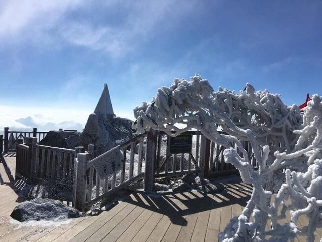 Mùng 3 tết băng tuyết phủ khắp nơi, Fansipan đẹp tựa châu Âu - Ảnh 6.