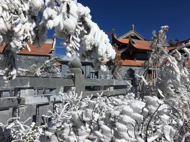 Mùng 3 tết băng tuyết phủ khắp nơi, Fansipan đẹp tựa châu Âu - Ảnh 7.