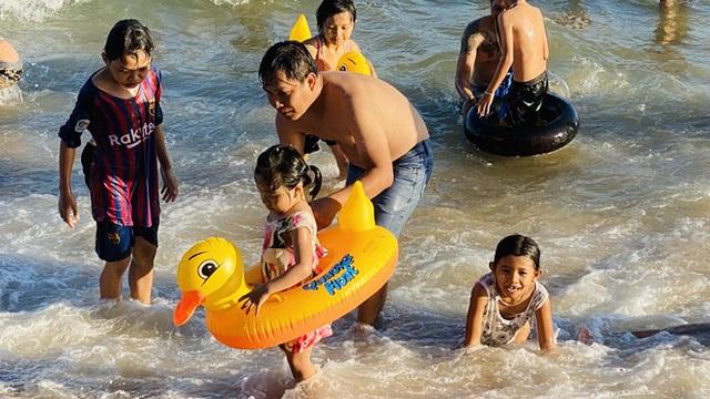 Bãi biển Phan Thiết chật kín người ngày mùng 4 Tết - Ảnh 1.