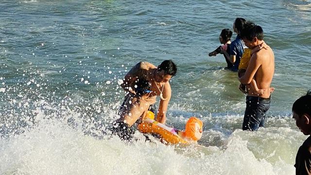 Bãi biển Phan Thiết chật kín người ngày mùng 4 Tết - Ảnh 2.