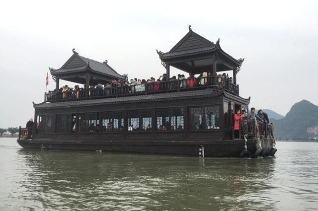 200.000 đồng/lượt đi thuyền trên hồ Tam Chúc, du khách vẫn chen nhau lên thuyền  - Ảnh 1.