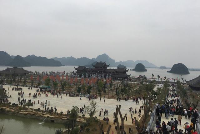 200.000 đồng/lượt đi thuyền trên hồ Tam Chúc, du khách vẫn chen nhau lên thuyền  - Ảnh 2.
