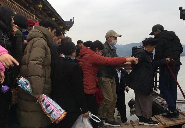 200.000 đồng/lượt đi thuyền trên hồ Tam Chúc, du khách vẫn chen nhau lên thuyền  - Ảnh 11.