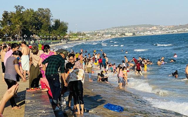 Bãi biển Phan Thiết chật kín người ngày mùng 4 Tết - Ảnh 12.