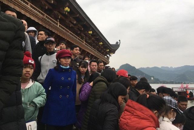 200.000 đồng/lượt đi thuyền trên hồ Tam Chúc, du khách vẫn chen nhau lên thuyền  - Ảnh 12.