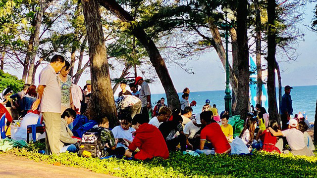 Bãi biển Phan Thiết chật kín người ngày mùng 4 Tết - Ảnh 13.