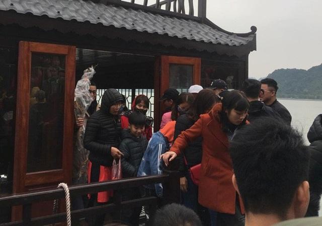 200.000 đồng/lượt đi thuyền trên hồ Tam Chúc, du khách vẫn chen nhau lên thuyền  - Ảnh 13.