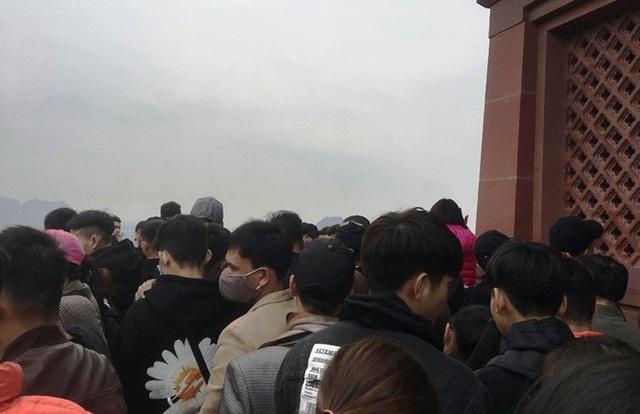 200.000 đồng/lượt đi thuyền trên hồ Tam Chúc, du khách vẫn chen nhau lên thuyền  - Ảnh 15.