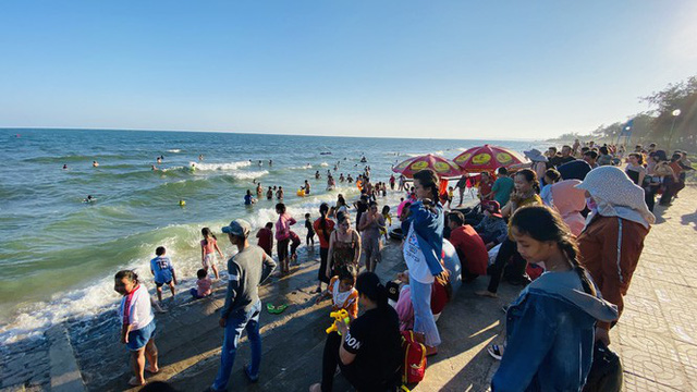 Bãi biển Phan Thiết chật kín người ngày mùng 4 Tết - Ảnh 3.