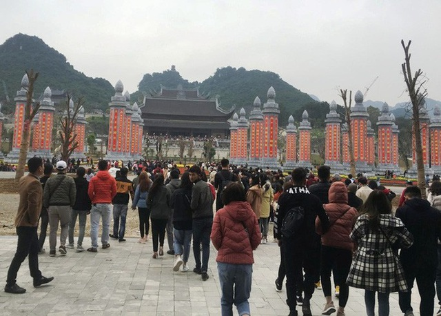 200.000 đồng/lượt đi thuyền trên hồ Tam Chúc, du khách vẫn chen nhau lên thuyền  - Ảnh 3.