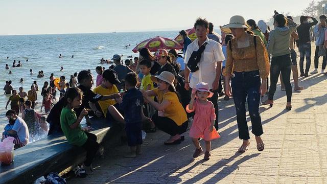 Bãi biển Phan Thiết chật kín người ngày mùng 4 Tết - Ảnh 4.