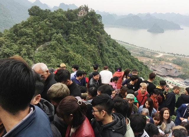 200.000 đồng/lượt đi thuyền trên hồ Tam Chúc, du khách vẫn chen nhau lên thuyền  - Ảnh 4.