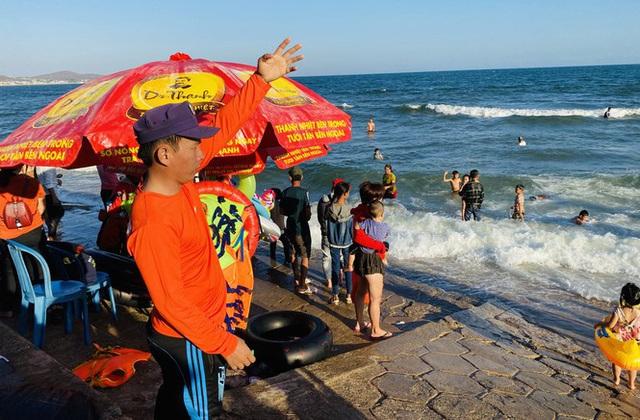 Bãi biển Phan Thiết chật kín người ngày mùng 4 Tết - Ảnh 5.