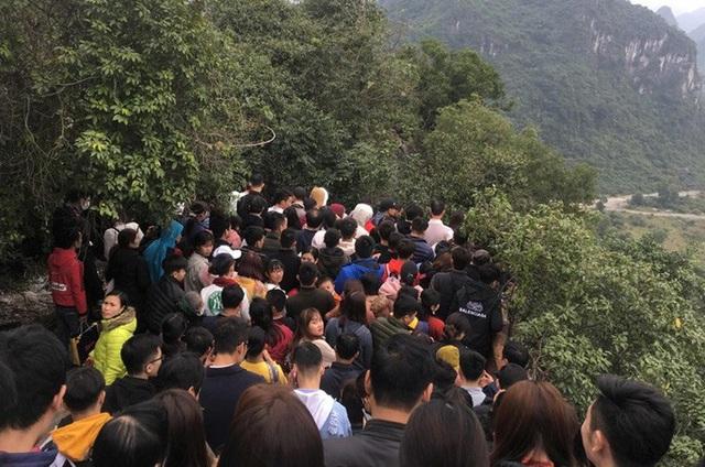 200.000 đồng/lượt đi thuyền trên hồ Tam Chúc, du khách vẫn chen nhau lên thuyền  - Ảnh 5.