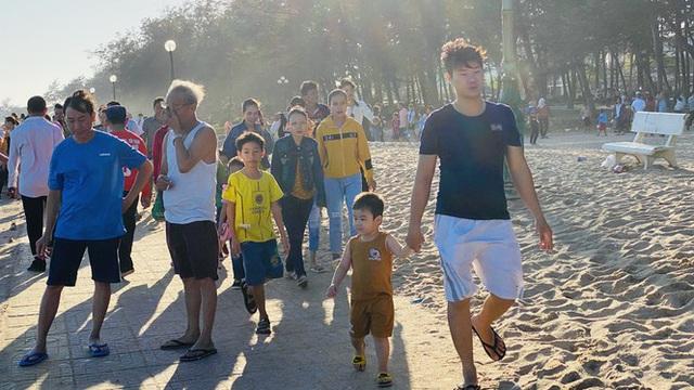 Bãi biển Phan Thiết chật kín người ngày mùng 4 Tết - Ảnh 7.